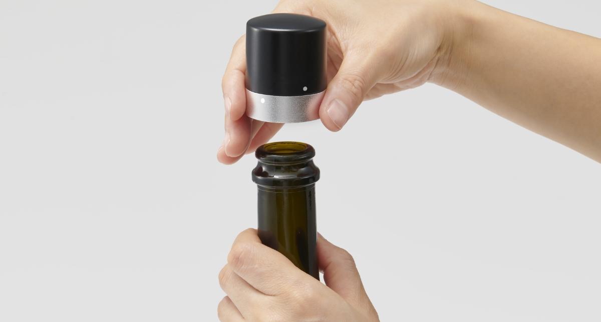 はずす際は製品下部の金属部分を持ち、上部黒いパーツをカチッと音がするまで反時計回りに回します。