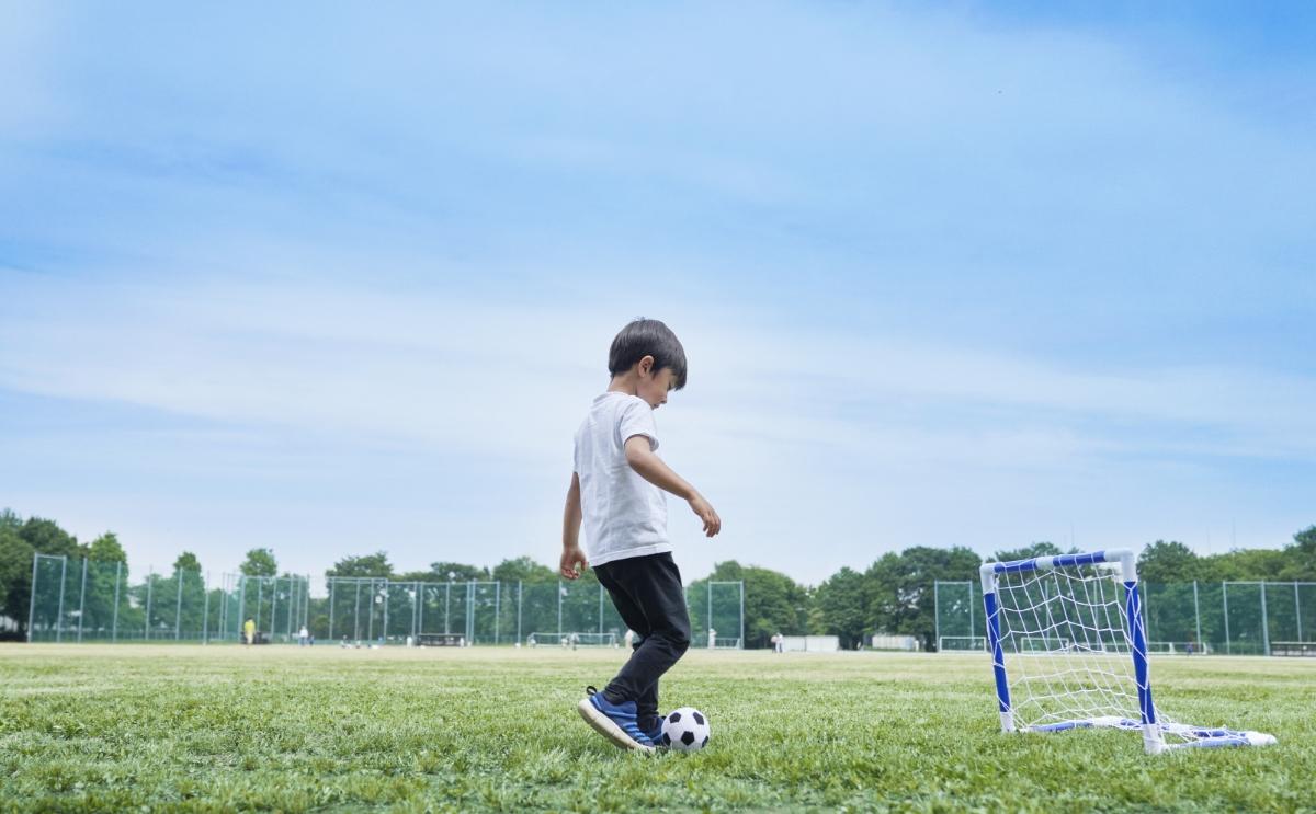 ミニサッカーゴールセットで遊ぶ様子